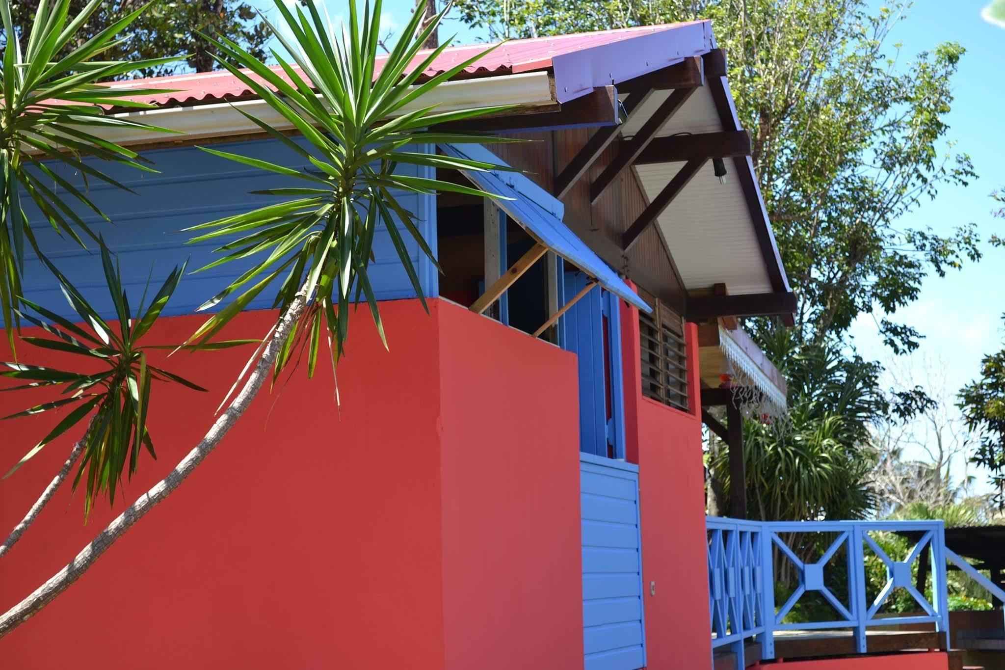 location-bungalow-guadeloupe-case-creole-vue-exterieur